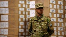 Un soldado custodia las urnas que se utilizarán el domingo