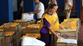 Empleados del Correo Argentino en Chaco preparan las urnas que se utilizarán para las elecciones nacionales