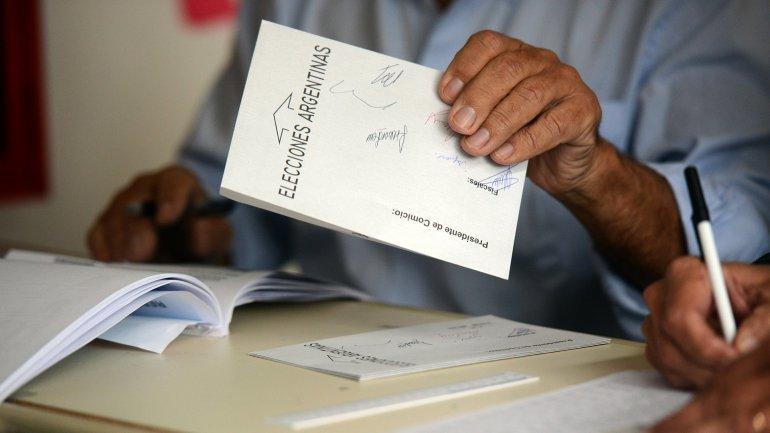 El Gobierno pretende que la reforma contemple el paso al voto con Boleta Única Electrónica.