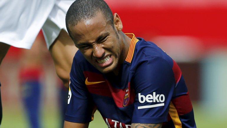 Neymar quedó fuera del equipo que visitará al Málaga por dolores en la pierna izquierda