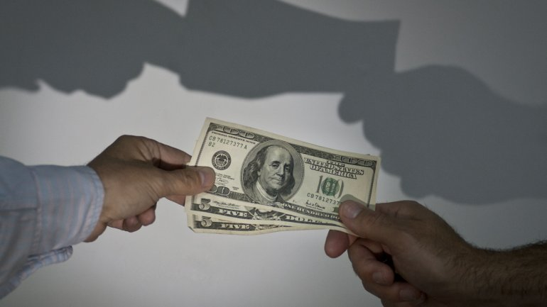 El dólar se acerca a los $14 en el circuito minorista.