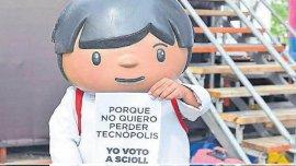 El muñeco de Zamba con el cartel que insta a votar por Daniel Scioli