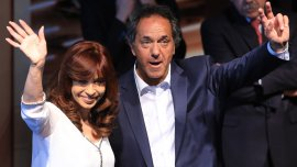 Daniel Scioli saluda junto a Cristina Kirchner, en el acto que compartieron en la inauguración del Polo Científico y Tecnológico