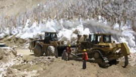 Barrick Gold construyó un camino sobre el nevero del glaciar Brown Superior.