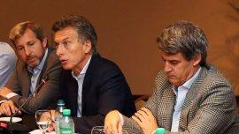 Mauricio Macri junto a sus referentes económicos, Rogelio Frigerio y Alfonso Prat Gay