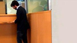 Nicolás del Caño completa un formulario en ventanilla para comprar dólares: la foto se viralizó en las redes sociales.