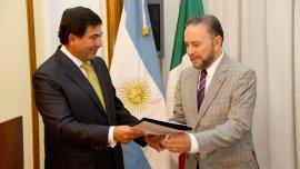 Ricardo Echegaray, junto con el embajador de México en la Argentina, Fernando Castro Trenti