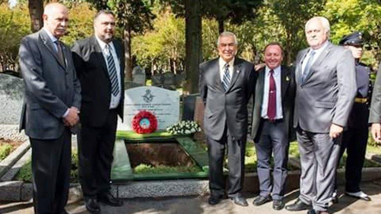 Varios sobrevivientes, durante el entierro del Caballero negro en el Cementerio Británico de la Ciudad de Buenos Aires.