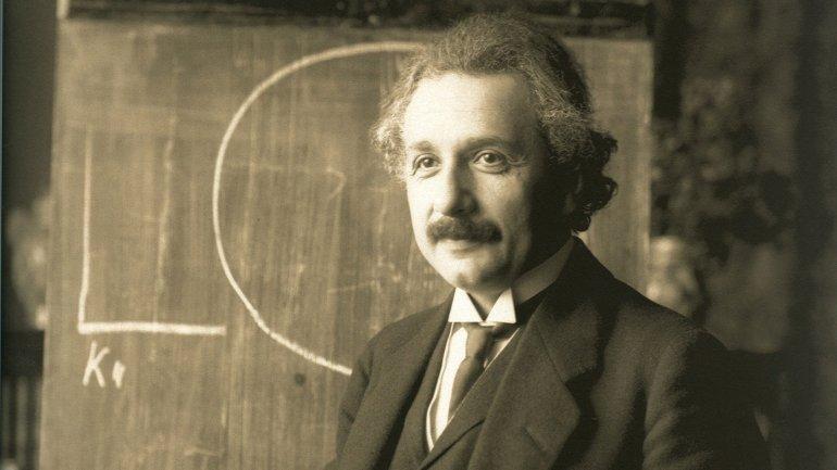 Albert Einstein escribe la ecuación de la Teoría de la Relatividad Especial ( un paso anterior a la General), en el pizarrón del Observatorio Wilson de Pasadena, en California, EE UU.