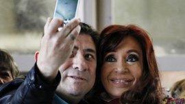 Cristina Kirchner se fotografió con los presentes tras emitir su voto