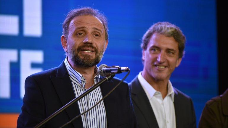 Gustavo Marangoni habla durante un acto partidario; lo acompaña José Pepe Scioli (Imagen de archivo)