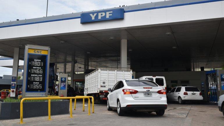 Afirman que el precio del combustible estará en equilibrio en la medida que el dólar se mantenga