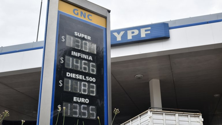 La nafta sube en la Argentina, pero cae en el resto del mundo
