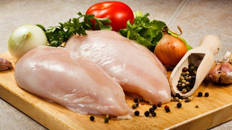 El riesgo de recalentar el pollo en el microondas