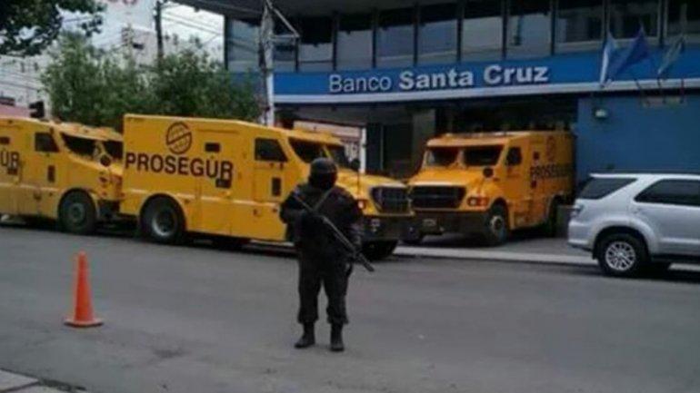 Los vecinos de Río Gallegos se sorprendieron con un poco habitual despliegue de camiones de caudales.