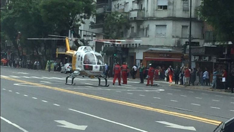 Un helicóptero descendió en medio de Avenida Las Heras