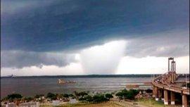 Así se veía el tornado en Chaco desde la costanera correntina