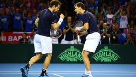 Los hermanos Murray adelantaron a Gran Bretaña en el dobles