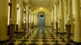 El Salón de los Bustos está sobre la entrada de la explanada de la calle Rivadavia de la Casa Rosada