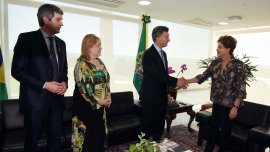 Mauricio Macri saluda a Dilma Rousseff; observan la canciller Susana Malcorra y el jefe de Gabinete, Marcos Peña (Imagen de archivo)