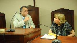 El presidente del tribunal, Jesús Carlos Pellegri, y una funcionaria judicial