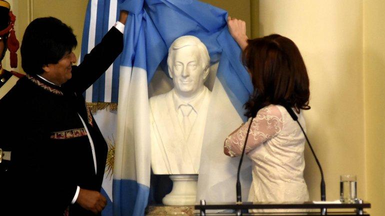 Evo Morales y Cristina Kirchner descubren el busto de Néstor Kirchner