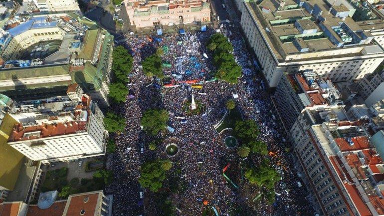 El último acto de Cristina Kirchner concentró una multitud en la Plaza de Mayo.
