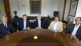 Alfredo Chiaradía, director general de CILFA, Francisco Cabrera,ministro deProducción,Isaías Drajer, presidente de CILFA,y Alfonso Prat-Gay, ministro de Hacienda