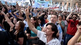 Militantes kirchneristas en la plaza del Congreso