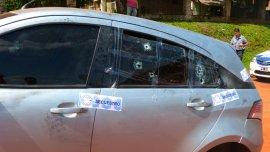 Un vecino detectó un auto con los vidrios dañados y encontró dos cadáveres