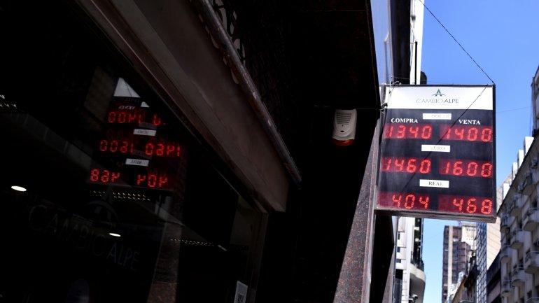 El peso se sostiene en la zona de 14 pesos por dólar