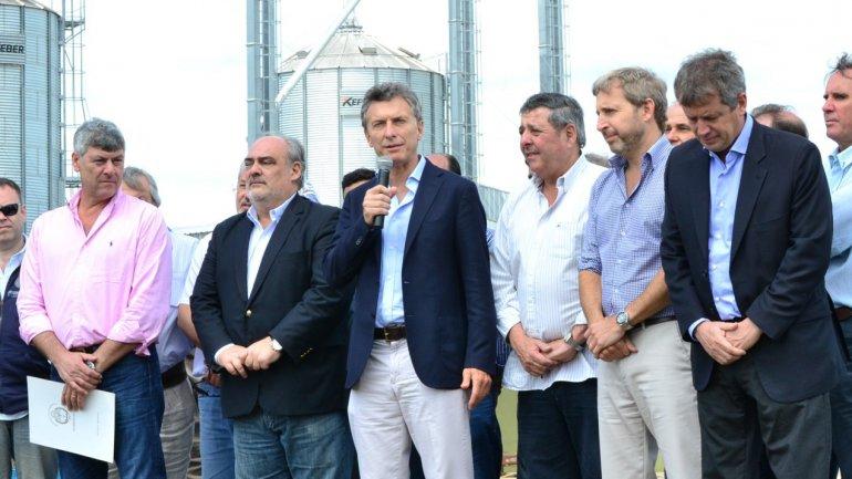 Mauricio Macri (centro), acompañado por el el ministro de Agroindustria Ricardo Buryaile (izquierda), el gobernador de Corrientes Ricardo Colombi (a la derecha de Macri),el diputado Alfredo De Angeli yel ministro del Interior Rogelio Frigerio&