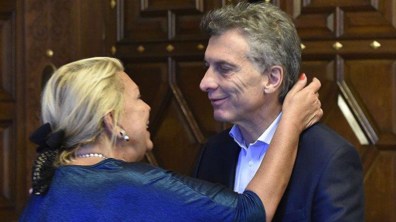 Otros tiempos. Macri y Carrió sonríen. Ahora Lilita está enojada con el Presidente.