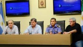 El ministro de Seguridad de Chaco, Martín Nievas (centro), acompañado por el Jefe de la Policía, Ariel Acuña (primero a la derecha); el Secretario de Derechos Humanos, Juan Carlos Goya (segundo a la derecha), y el procurador General, Jorge Canteros (a la izquierda).