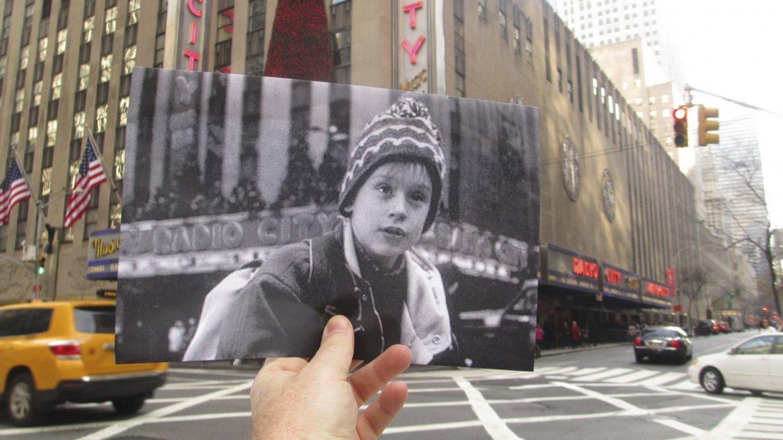 Kevin pasando frente al Radio City de Nueva York en Mi pobre angelito 2
