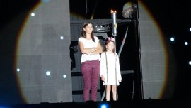 Iara y Kala Nisman durante el homenaje en Chile