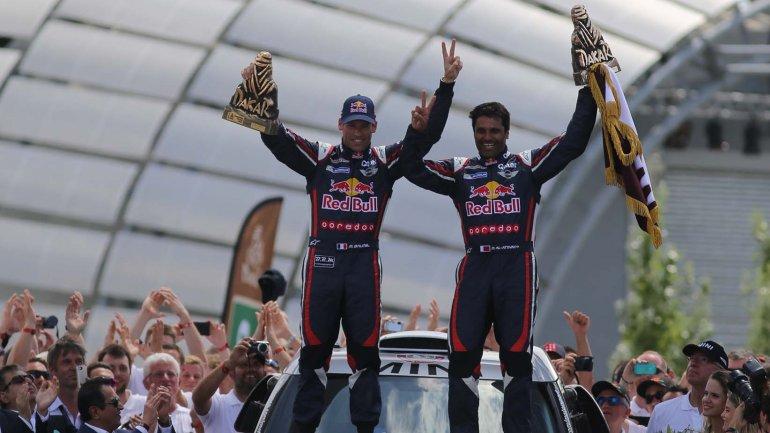 Nasser Al-Attiyah festeja junto a su copiloto Mathieu Baumel su triunfo en 2015
