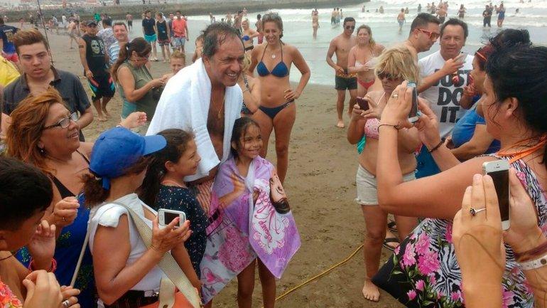 Daniel Scioli paseó por las playas de Mar del Plata