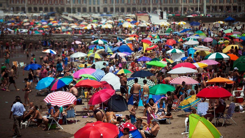 Los turistas se volcaron masivamente a las playas marplatenses, por el calor y el buen clima