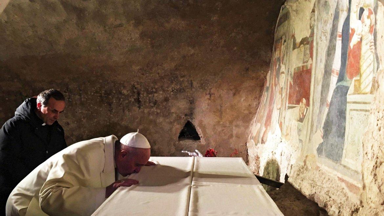 Elpapa Francisco rezando en al Santuario Franciscano de Greccio, Italia