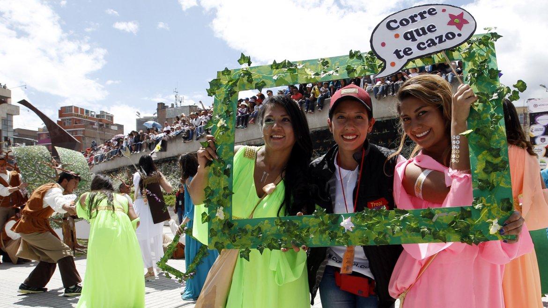 Murgas y comparsas desfilan durante el Carnaval de Negros y Blancos en la ciudad de Pasto, Colombia