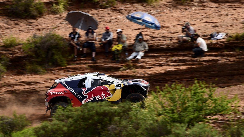 Los franceses Stephane Peterhansel y Jean Paul Cottret compiten en la segunda etapa del Rally Dakar 2016