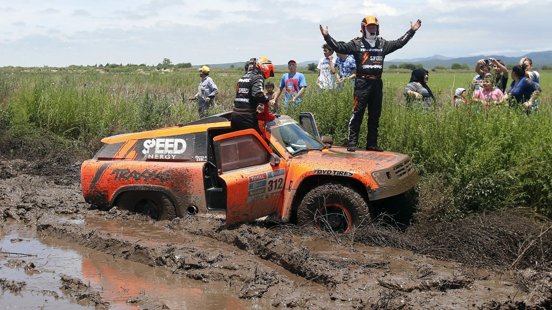 El piloto estadounidense Robby Gordon (Gordini) y su copiloto Kellon Walch se lamentan al quedar atascados en el barro