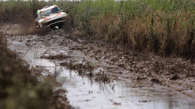 El piloto holandés Erik van Loon y su copiloto Wouter Rosegaar en plena acción durante la segunda etapa del Dakar