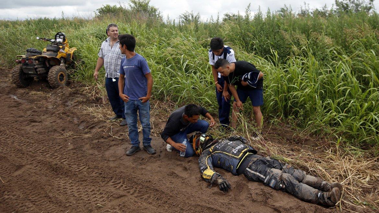 El corredor argentino Julio César Estanguet (CAN-AM) recibe atención después de accidentarse