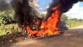 El camión 509 del equipo Mammoet en llamas.