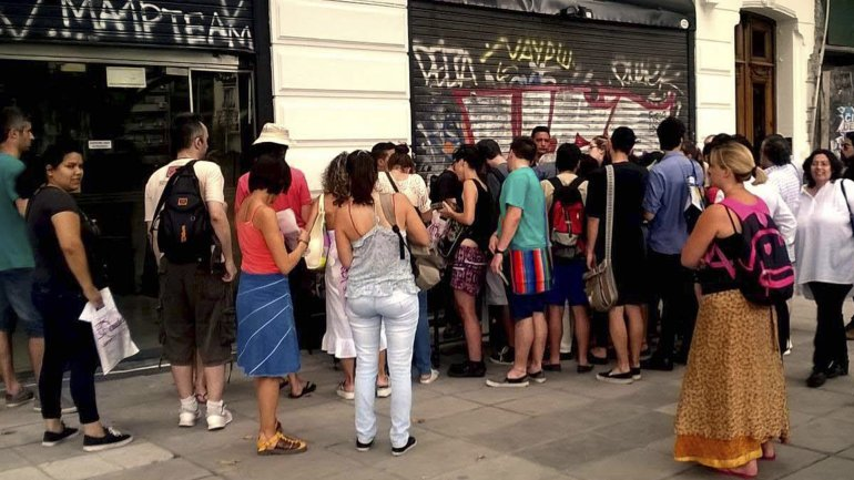 La muchedumbre de lectores se abalanzó hacia los locales de Eudeba.