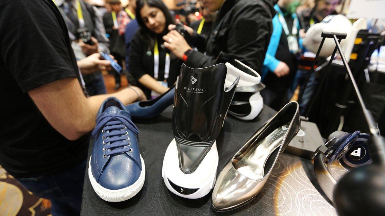 Los zapatos inteligentes Digisole son controlados por una aplicación de teléfono inteligente para diferentes acciones tales como ajuste automático de zapato, el calentamiento del pie, de medición de absorción de impactos y las calorías quemadas
