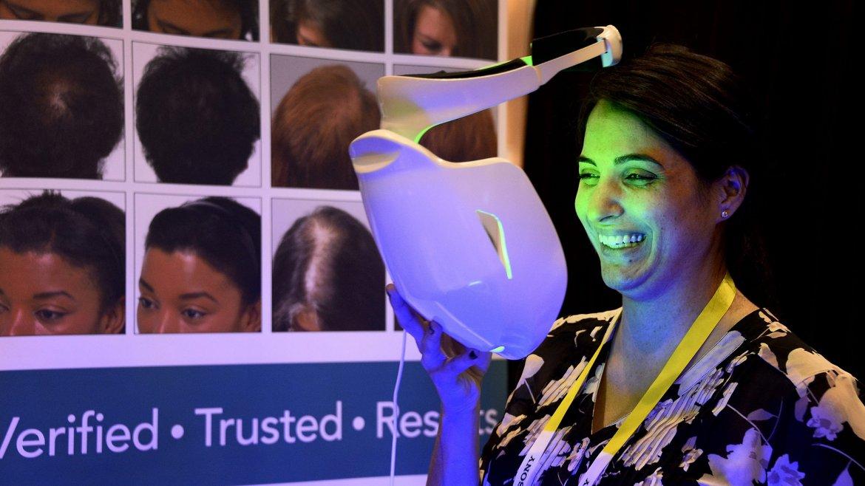 Una mujer prueba el iDerma, un sistema de embellecimiento facial diseñado para el tratamiento de diversos trastornos relacionados con la piel