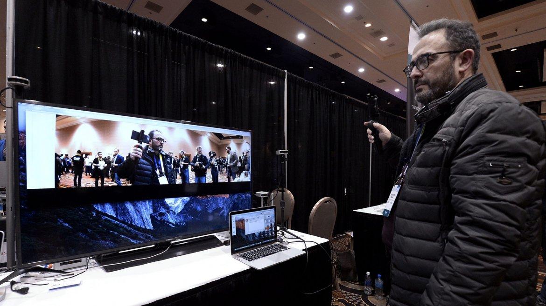 Un hombre prueba un dispositivo electrónico en el Consumer Electronics Show